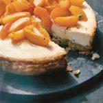 Recept: Labneh-kwarktaart met geroosterde abrikozen, honing en kardemom