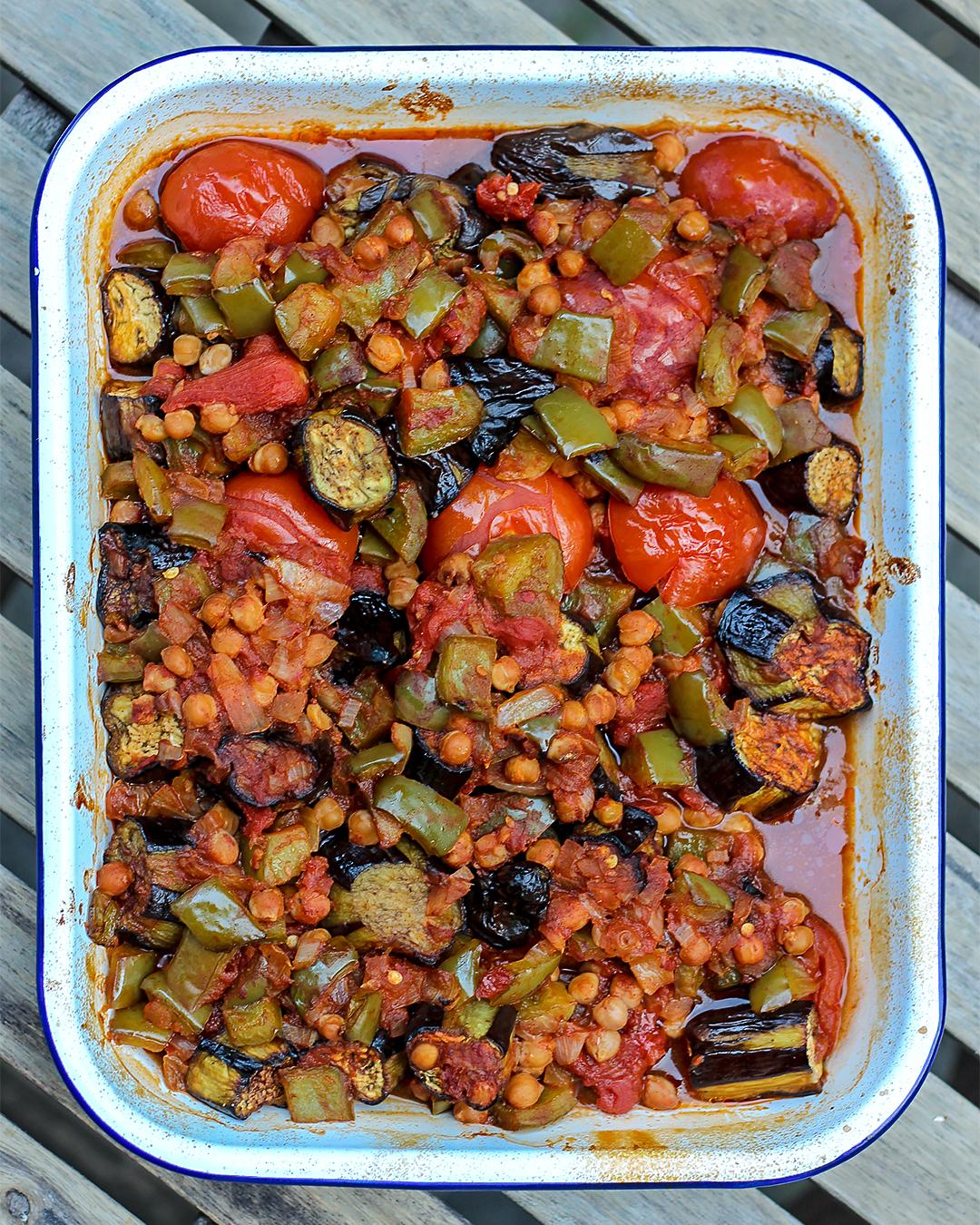 Recept: Ovenschotel met aubergine, kikkererwten en tomaten @ Lauriekoek.nl